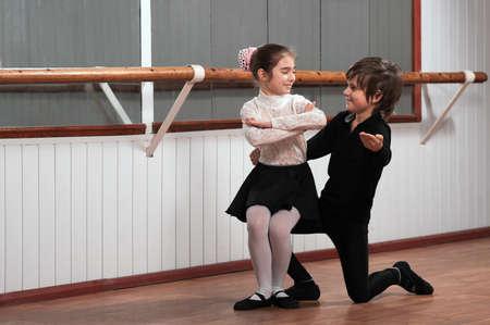 ballet: Chico y chica bailando en una barra de ballet