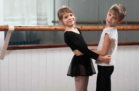 niño y niña: Chico y chica bailando en una barra de ballet