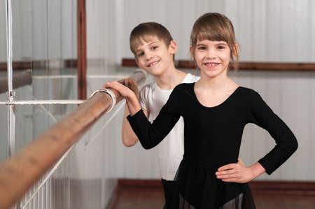 ballet ni�as: ni�os divertidos de pie en ballet barre
