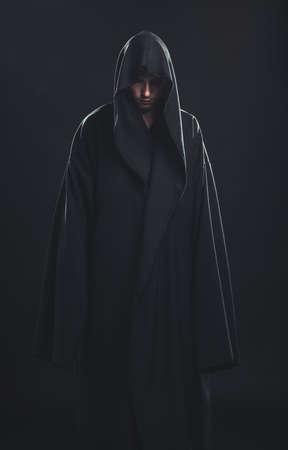 Portret mężczyzny w czarnej sukni na ciemnym tle