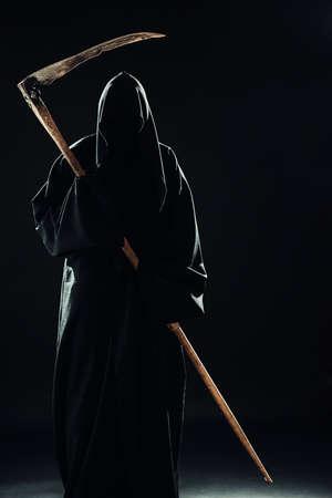 sense: Tod mit Sense im Dunkeln stehen