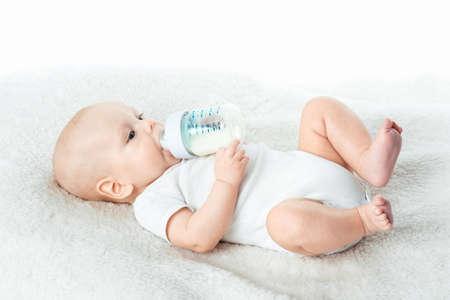 pezones: peque�o beb� come de pezones