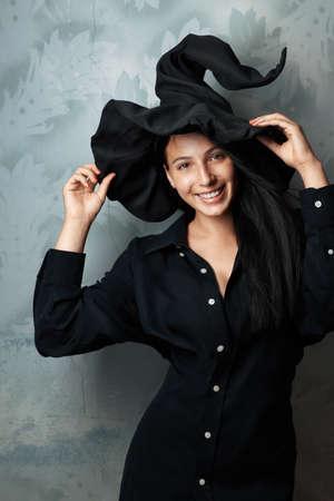 harridan: chica alegre hermosa en traje de la bruja sonriente Foto de archivo