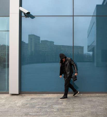 robo: ladrón robó un bolso y sale corriendo