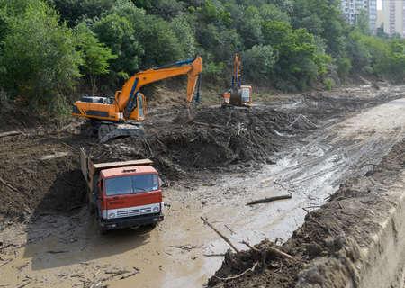 convulsión: limpieza de carreteras por deslizamientos de tierra y camiones excavadora
