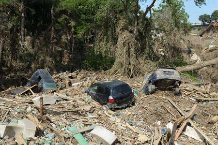 convulsion: coches yac�an entre los escombros despu�s del desastre de las inundaciones