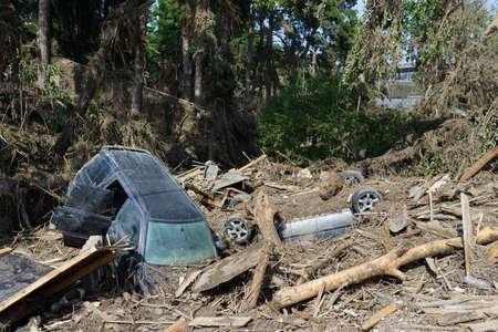 convulsion: coches yacían entre los escombros después del desastre de las inundaciones