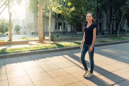 caminando: chica caminando en la calle Foto de archivo