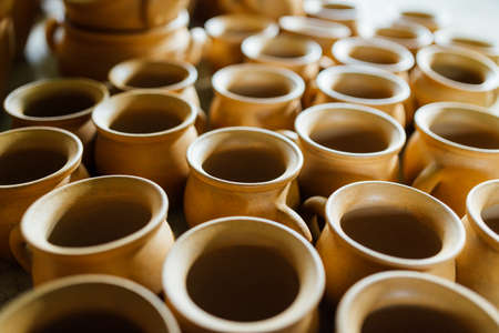 ollas de barro: Hay muchas ollas de barro en el taller