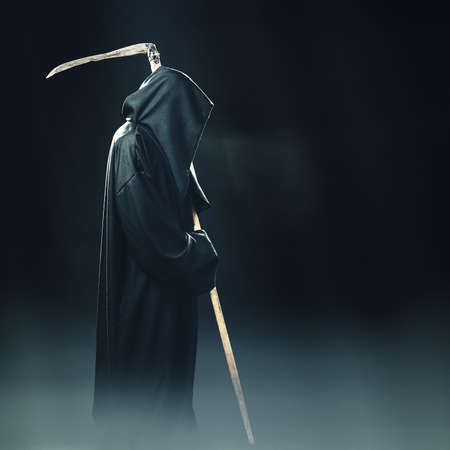 밤에 안개에 서있는 낫과 죽음