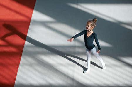Meisje het beoefenen van ritmische gymnastiek in de sportschool Stockfoto