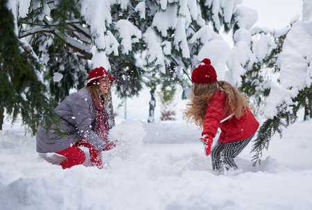 daughter provokes mother play snowballs Banco de Imagens