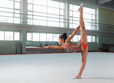 gymnastik: Kleine Turner in einem sch�nen Anzug f�hrt die Balance Lizenzfreie Bilder