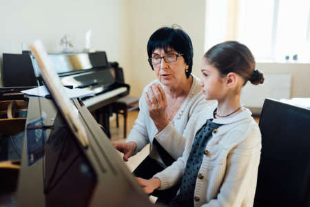 music teacher explains intricacies of playing the piano Stock fotó