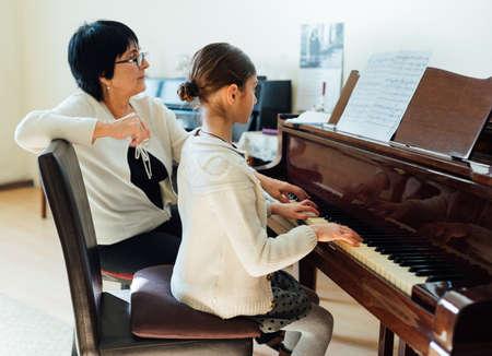 pianolessen bij een muziekschool Stockfoto