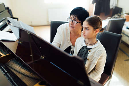 helps: piano lessons at a music school Stock Photo