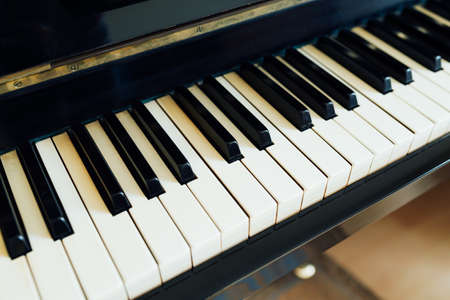 fortepian: czarne i białe klawisze fortepianu po stronie perspektywy