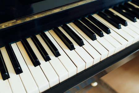teclado de piano: teclas blancas y negras de la lateral en perspectiva de piano
