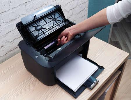 impresora: extraer el cartucho de una impresora láser para reemplazar Foto de archivo