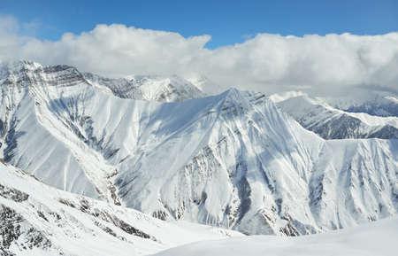 montañas nevadas: Invierno paisaje de montañas nevadas alturas alpinas