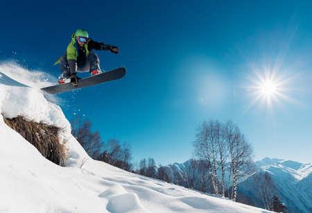 snowboarder saute avec snowboard de snowhill