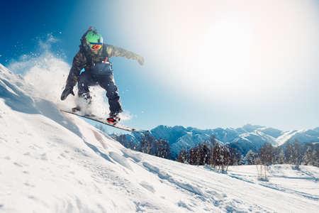 snowboarder saute avec snowboard de snowhill Banque d'images