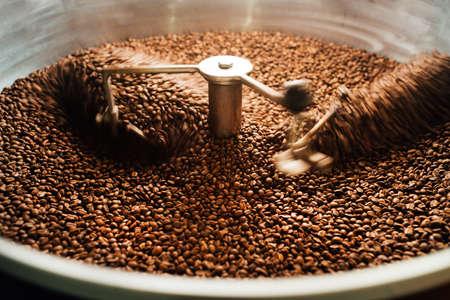 grains dans un mélangeur de refroidissement de café en mouvement de torréfaction