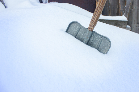 An old shovel in the snow. Snow cleaning. Background Stockfoto
