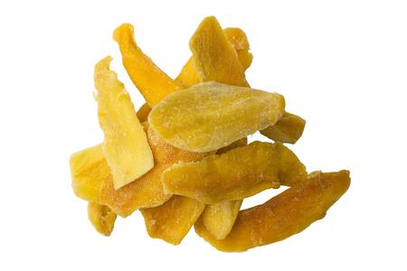 Rodajas de mango secas sobre un fondo blanco. Objeto aislado