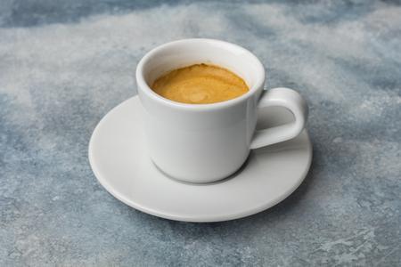 Eine Tasse duftenden Kaffee. Heller Hintergrund