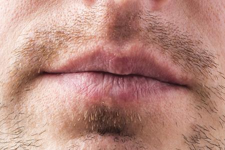 Homme. Lèvres. Bouche. Barbe. Moustache. La partie inférieure du visage. fermer