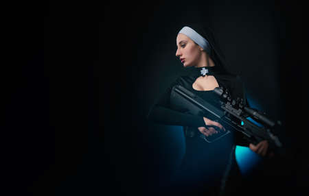 a nun with a weapon in the name of faith 版權商用圖片 - 116849844