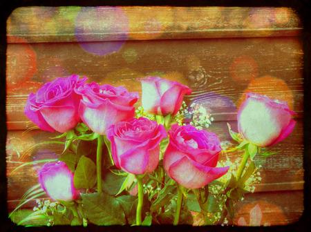 vintage grunge image: Grunge immagine Vintage con rose rosa su sfondo della parete di legno.