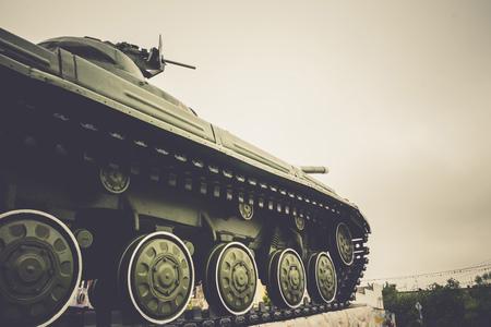 도시에서 빈티지 군사 탱크, 배경을 닫습니다.