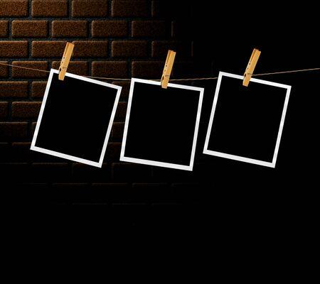 Ilustración de fotos antiguas de una cuerda con pinzas de la ropa delante de un fondo de pared de ladrillo. Foto de archivo - 82269601