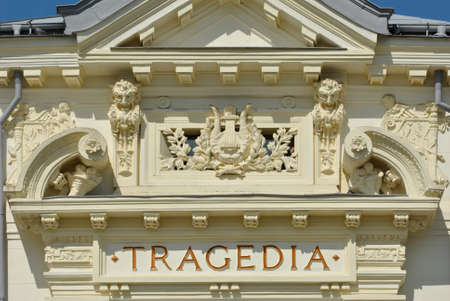 Detalle del edificio del teatro con la inscripción tragedia en la pared Editorial