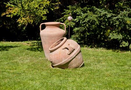 Vieja loza colocada sobre la hierba en el jardín Foto de archivo