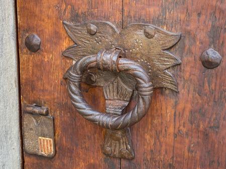 문에있는 오래된 손잡이 스톡 콘텐츠