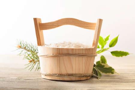 sal: sal de baño aromático en cuchara de madera y hojas verdes