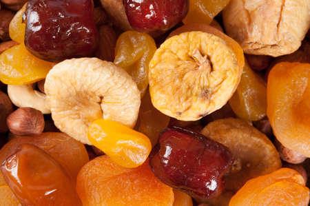 frutas deshidratadas: Frutas secas, nueces y dátiles. Vista superior. Frutas escarchadas, limón, albaricoque, higos y dátiles. concepto vegana. Foto de archivo