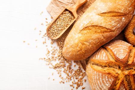 白い木製テーブル背景に焼きたてのパンの品揃え 写真素材