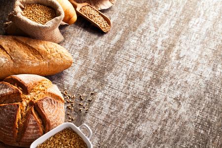 木製のテーブル背景に焼きたてのパンの品揃え 写真素材
