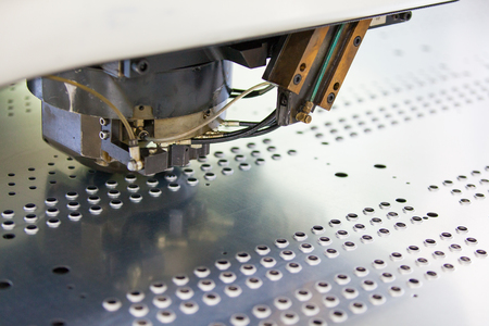 アクションの回転パンチ ・ Nibbling マシン。金属の穿孔の産業機械。 写真素材