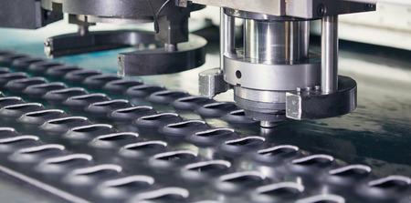 Rotatie Ponsen & Nibbling Machine in actie. Metal perforeren industriële machine.