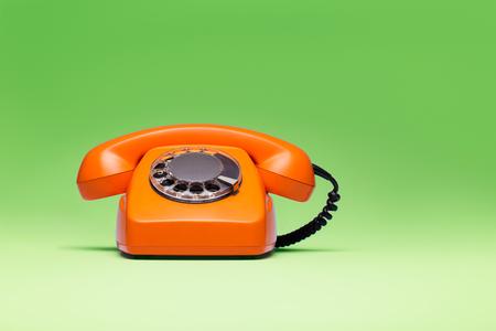 緑の背景にレトロなスタイルの電話。 写真素材
