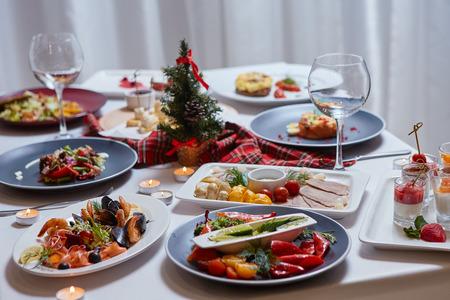 Schön servierter Tisch mit Essen. Festliche Atmosphäre und Dekoration. Gemeinsam feiern
