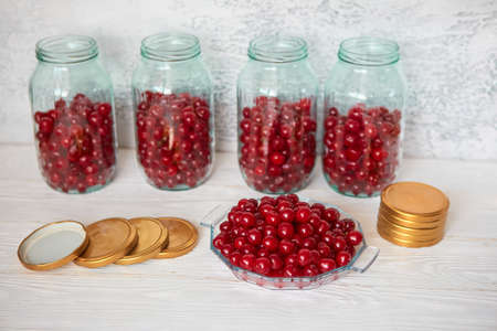 The process of cooking homemade canned food from berries and fruits. Stock of food for the winter. 免版税图像