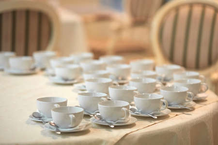 Rows of white coffee cups on the table 免版税图像