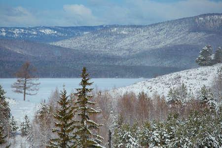 A view of the lake Turgoyak in the winter. Chelyabinsk region, Miass city 免版税图像