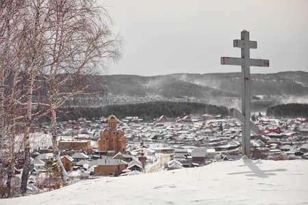 Memorial cross on the mountain in the village of Turgoyak. Chelyabinsk region, Russia 免版税图像